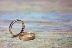 Anéis de casamento na madeira Fotos de Stock Royalty Free