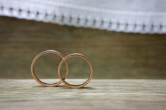 Anéis de casamento na madeira Imagens de Stock Royalty Free