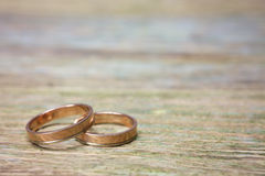 Anéis de casamento na madeira Foto de Stock Royalty Free