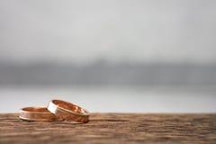 Anéis de casamento na madeira Imagem de Stock