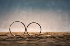 Anéis de casamento na madeira Fotografia de Stock
