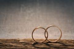 Anéis de casamento na madeira Fotos de Stock