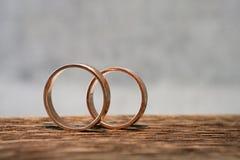 Anéis de casamento na madeira Fotografia de Stock Royalty Free