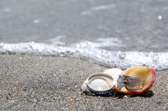 Anéis de casamento na praia pelo mar imagens de stock royalty free