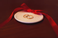 Anéis de casamento na tabela Imagens de Stock