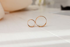 Anéis de casamento na tabela Fotografia de Stock Royalty Free