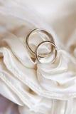 Anéis de casamento na tela branca do cetim Foto de Stock Royalty Free