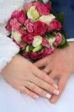Anéis de casamento nas mãos Imagens de Stock