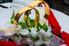 Anéis de casamento no carro Fotos de Stock