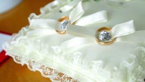 Anéis de casamento no descanso video estoque