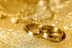 Anéis de casamento no ouro Fotos de Stock Royalty Free