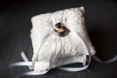 Anéis de casamento no pincushion Fotos de Stock Royalty Free
