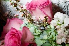Anéis de casamento no ramalhete imagens de stock