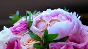 Anéis de casamento no ramalhete vídeos de arquivo