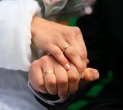 Anéis de casamento noiva e noivo Anéis de casamento Pares loving com alianças de casamento nas mãos Imagem de Stock