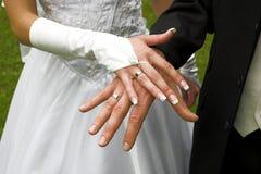 Anéis de casamento nos dedos Fotografia de Stock