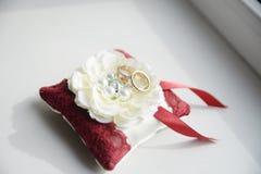 Anéis de casamento símbolos, atributos Feriado, celebração detalhes do dia foto de stock royalty free