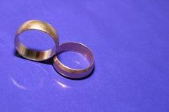 Anéis de casamento sobre o azul Imagem de Stock Royalty Free