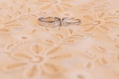 Anéis de casamentos em uma cama luxuosa Foto de Stock Royalty Free