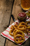 Anéis de cebola, mergulho quente, batatas fritas e cerveja checa imagens de stock royalty free