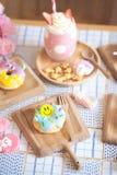 Anéis de espuma bonitos Filhós vitrificada do açúcar bonito com a cara de sorriso feliz foto de stock
