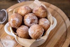 Anéis de espuma caseiros saborosos do requeijão em Sugar Powder Wooden Background Donuts acima fotos de stock royalty free