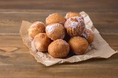 Anéis de espuma caseiros saborosos do requeijão no espaço da cópia de Sugar Powder Wooden Background Donuts horizontal imagem de stock