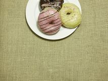 Anéis de espuma coloridos no prato branco Fotos de Stock