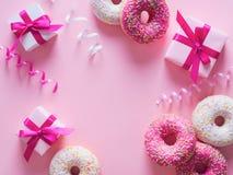 Anéis de espuma cor-de-rosa e brancos com artigo da celebração no fundo cor-de-rosa Foto de Stock