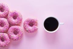 Anéis de espuma cor-de-rosa e brancos com artigo da celebração no fundo cor-de-rosa Fotos de Stock