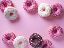 Anéis de espuma cor-de-rosa e brancos com artigo da celebração no fundo cor-de-rosa Imagens de Stock