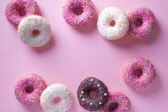 Anéis de espuma cor-de-rosa e brancos com artigo da celebração no fundo cor-de-rosa Fotografia de Stock Royalty Free