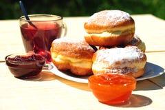 Anéis de espuma cozidos frescos com atolamento e chá da fruta Foto de Stock