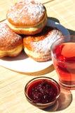 Anéis de espuma cozidos frescos com atolamento e chá da fruta Fotografia de Stock