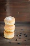 Anéis de espuma do mirtilo polvilhados com o açúcar de crosta de gelo Fotos de Stock