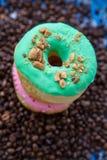 Anéis de espuma dos anéis de espuma em um fundo escuro do café foto de stock royalty free