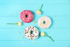 Anéis de espuma e flores coloridos deliciosos Imagem de Stock