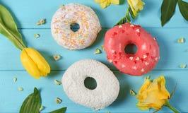 Anéis de espuma e flores coloridos deliciosos Fotos de Stock Royalty Free