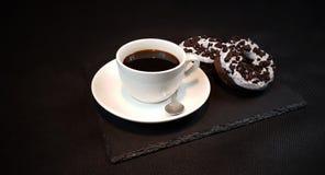 Anéis de espuma Oreo da colher de chá do blackplate de Blackcoffee Foto de Stock