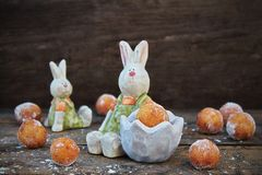 Anéis de espuma pequenos caseiros do requeijão doce no coelhinho da Páscoa Fotografia de Stock Royalty Free