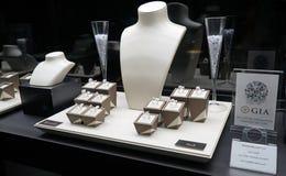 Anéis de GIA Grades Diamond na exposição O veludo vazio da joia representa colares em uma bandeja Interior preto e branco do bout imagem de stock