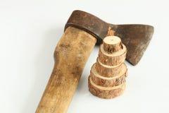 Anéis de madeira no fundo de um machado velho em um fundo branco Foto de Stock