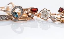 Anéis de ouro, brincos com topázio e pérolas Imagens de Stock Royalty Free