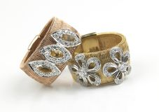 anéis de ouro com diamantes imagem de stock