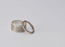 Anéis de ouro de prata e branco usados e patinated Foto de Stock