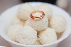 Anéis de ouro do casamento Fotos de Stock