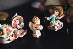 Anéis de ouro do casamento na tabela do anjo Imagem de Stock