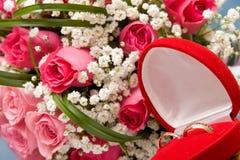 Anéis de ouro e ramalhete cor-de-rosa Fotografia de Stock Royalty Free