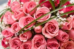 Anéis de ouro e ramalhete cor-de-rosa Foto de Stock