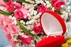 Anéis de ouro e ramalhete cor-de-rosa Fotografia de Stock